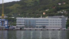 Igualación de vista de la estación marina en el puerto marítimo comercial de Petravlosk-Kamchatsky almacen de metraje de vídeo