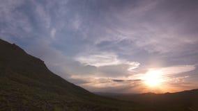 Igualación del cielo sobre Montana Mountains metrajes