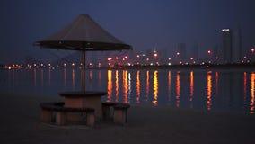 Igualaci?n de la playa y del mar hermosos de la arena en el Dubai almacen de metraje de vídeo