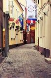 Igualando, calle romántica con los hoteles en la ciudad vieja de Riga Foto de archivo libre de regalías