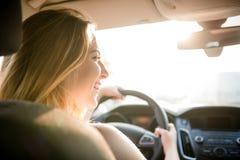 Igualando la impulsión - adolescente en el coche Foto de archivo libre de regalías