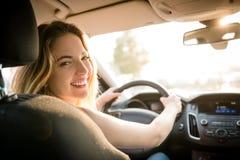Igualando la impulsión - adolescente en el coche Imagenes de archivo