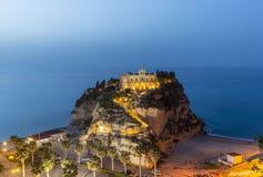 Igualando la vista del monasterio del dell 'Isola de Santa Maria en la ciudad de Tropea fotografía de archivo
