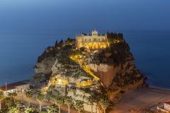 Igualando la vista del monasterio del dell ?Isola de Santa Maria en la ciudad de Tropea fotografía de archivo