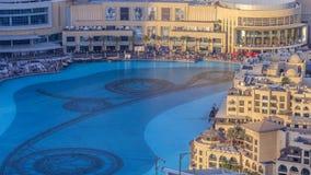 Igualando las fuentes del baile de la visión aérea en el centro de la ciudad y en un timelapse del lago artificial en Dubai, UAE metrajes