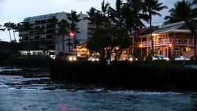 Igualando ondas trafique y el ` de Ali de los peatones que conduzco Kailua Kona Hawaii metrajes