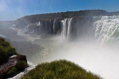 Iguassu baja barranca la Argentina y el Brasil foto de archivo libre de regalías