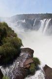 Iguassu baja barranca la Argentina y el Brasil imágenes de archivo libres de regalías