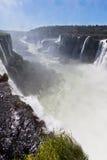Iguassu baja barranca la Argentina y el Brasil Imagenes de archivo