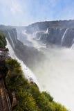 Iguassu baja barranca la Argentina y el Brasil imagen de archivo