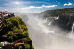Iguassu baja barranco la Argentina y el Brasil Fotografía de archivo libre de regalías