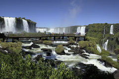 Iguassu cae en la frontera del Brasil la Argentina Foto de archivo