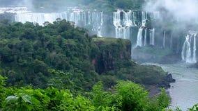 Iguassu faller, den största serien av vattenfall av världen, sikt från brasiliansk sida stock video