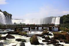 Iguassu (Iguazu ; Automnes d'Iguaçu) - grandes cascades à écriture ligne par ligne Image stock