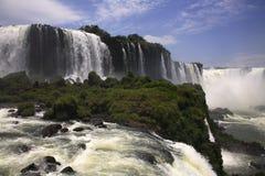 Iguassu (Iguazu ; Automnes d'Iguaçu) - grandes cascades à écriture ligne par ligne Photos stock