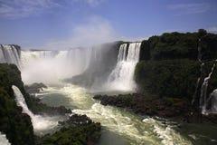 Iguassu (Iguazu ; Automnes d'Iguaçu) - grandes cascades à écriture ligne par ligne Photo stock