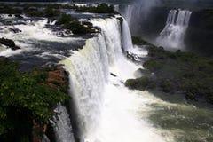 Iguassu (Iguazu ; Automnes d'Iguaçu) - grandes cascades à écriture ligne par ligne Photo libre de droits
