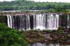 Iguassu (Iguazu ; Automnes d'Igua?u) - grandes cascades à écriture ligne par ligne Photo libre de droits