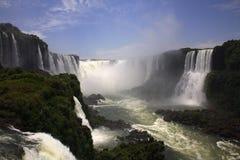 Iguassu (Iguazu; Iguaçu) Fälle - große Wasserfälle Stockfotos