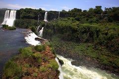 Iguassu (Iguazu ; Le ½ de ¿ d'Iguaï u) tombe - de grandes cascades à écriture ligne par ligne Image libre de droits