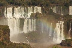 Iguassu nedgångar med regnbågen Arkivbilder