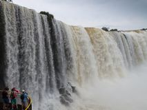 Iguazú Brazylia, Listopad, - 7th 2016: Turyści ogląda siklawę na Brazylia stronie zdjęcia royalty free