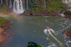 IGUAZU, БРАЗИЛИЯ - 14-ОЕ МАЯ 2016: одно плавание туристской шлюпки на реке iguazu близко к дну водопадов Стоковое Фото