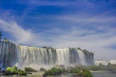 IGUAZU, BRASILIEN - 14. MAI 2016: schöne Aussicht von der Unterseite der Wasserfälle von der brasilianischen Seite lizenzfreies stockfoto
