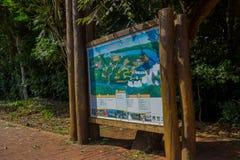 IGUAZU, BRAZILIË - MEI 14, 2016: de kaart die van het iguazus natuurreservaat alle routes en plaatsen tonen waar u kunt gaan zien Stock Afbeeldingen