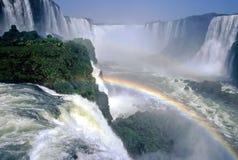 iguazu du Brésil au-dessus des cascades à écriture ligne par ligne d'arc-en-ciel Images stock