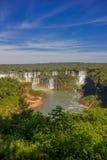 IGUAZU, EL BRASIL - 14 DE MAYO DE 2016: las subidas del río del iguazu del lado brasileño sin embargo la mayor parte de las caída Foto de archivo