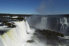 Iguazu Falls på en ljus solig dag arkivbild