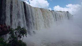 Iguazu Falls på gränsen av Brasilien och Argentina stock video