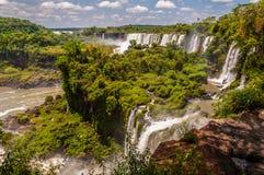 Iguazu opady deszczu z zieloną roślinnością i niektóre chmurnieją w niebie obraz royalty free