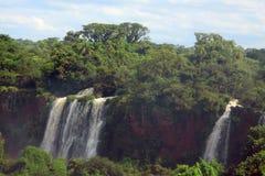 Iguazu vattenfall på gränsen av Argentina och Arkivfoton