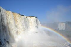 Iguazu-Wasserfallregenbogen auf sonnigem Lizenzfreies Stockbild