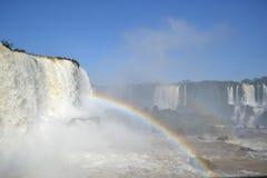 Iguazu-Wasserfallregenbogen auf sonnigem Lizenzfreie Stockbilder