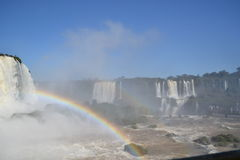 Iguazu-Wasserfallregenbogen auf sonnigem Lizenzfreie Stockfotografie