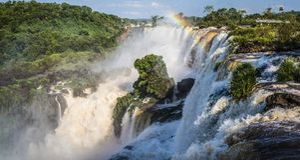 Iguazudalingen met een regenboog, Argentinië stock afbeelding