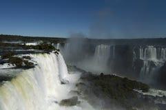 Iguazudalingen op een heldere zonnige dag royalty-vrije stock foto's