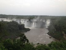 Iguazuwatervallen in Argentinië zoals die van Braziliaanse kant wordt gezien stock foto