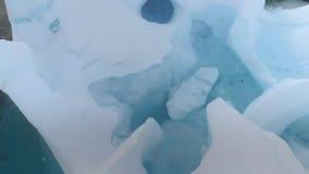 Ihåligt isberg med flyg- sikt för fågelspårsurr lager videofilmer