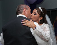 Ihn fest halten mit einem Kuss Stockfotografie