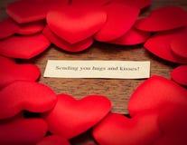 Ihnen Umarmungen und Küsse schicken Stockbild