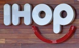 IHOP餐馆被点燃的标志 免版税图库摄影