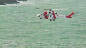 Ihr Küstenwachenhubschrauber der Majestät, der in Position schwebt stock footage