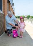 Ihr Kind sicher halten an der Schule Stockfoto
