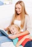 Ihr Lieblingsbuch zusammen genießen Lizenzfreies Stockfoto