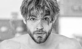 : Ihr Schönheitszeitplan Hübsches bärtiges Morgenschönheitsroutinecheckliste Mannes gerade aufwachen macho lizenzfreie stockfotografie