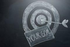 Ihr Ziel ist eine Aufschrift mit einem Ziel auf dem Brett Das Konzept des Gewinnens im Geschäft und des Erzielens des Ziels stockfoto